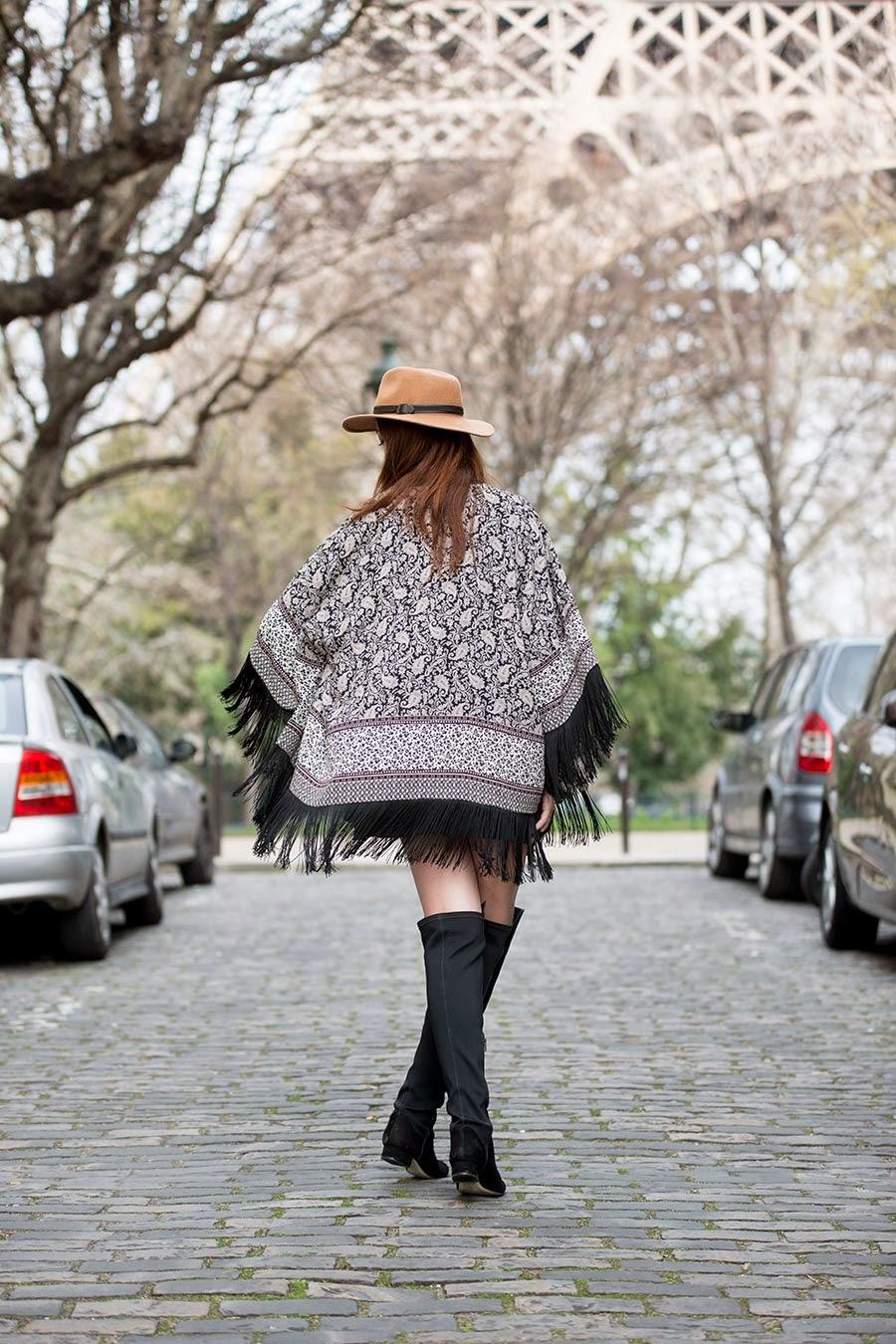 roupas da moda, vestido curto preto + quimono com franjas + chapéu + bota cano longo