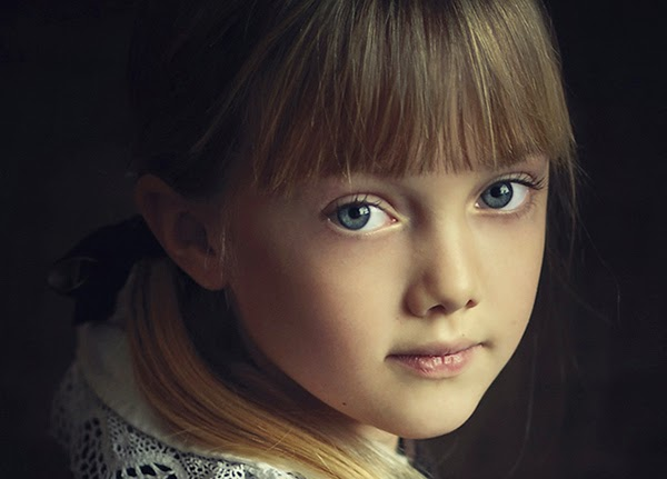 بورتريه بالألوان لفتاة صغيرة