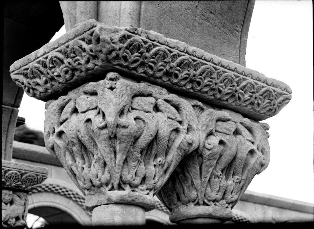 Capitel dragones pájaros y cocatris sobre ellas