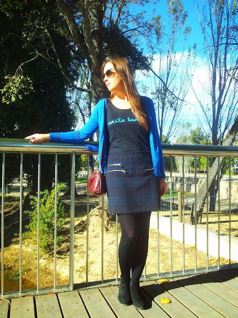 Outfit otoñal con falda de cuadros de Zara, camiseta de Carita Bonita, bolso de bimba y lola y chaqueta básica de tricot de suiteblanco