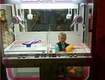 Anak yang terjebak di dalam mesin arcade