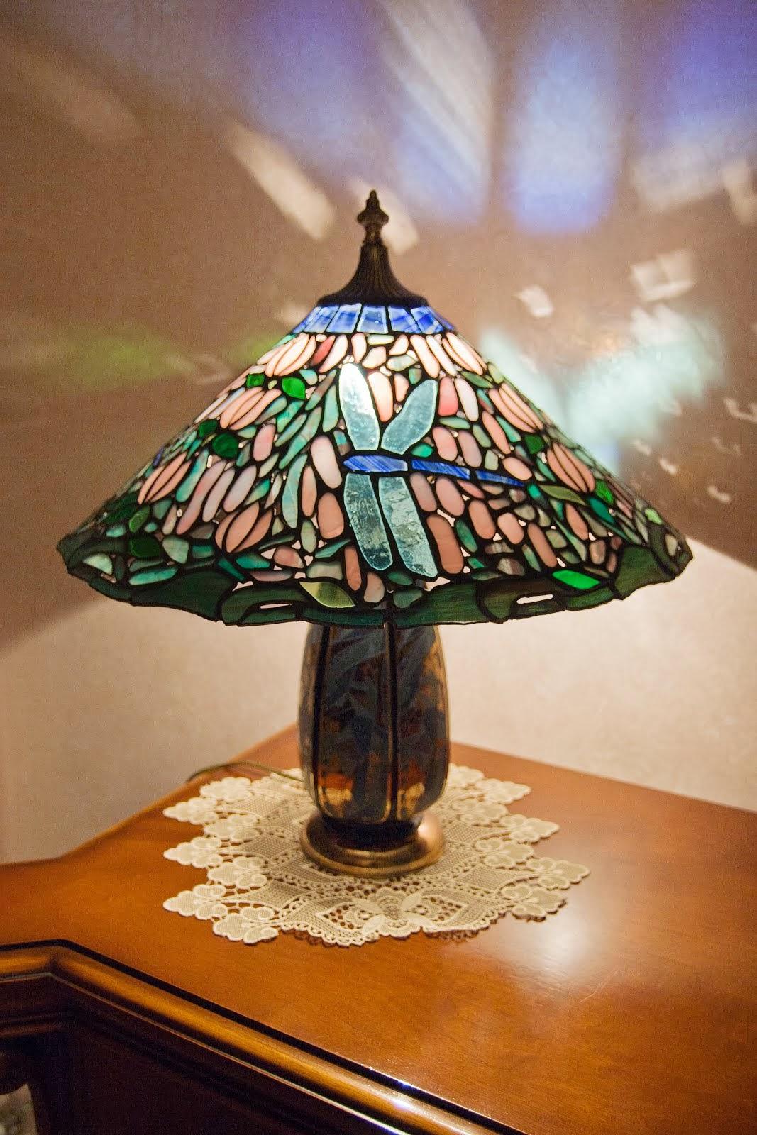 Titolo lampada-  Libellule fra le rose - Vetro inciso a mano con leat. in piombo - n° pezzi 786 - D