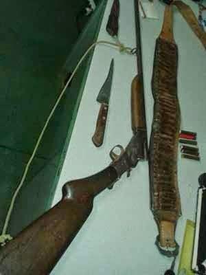 Polícia apreendeu arma e faca com suspeito (Foto: Fabiano Neves / site Www.destaquebahia.com.br)