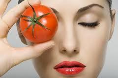 Tomat sebagai ramuan tradisional menghilangkan bekas jerawat yang alami.