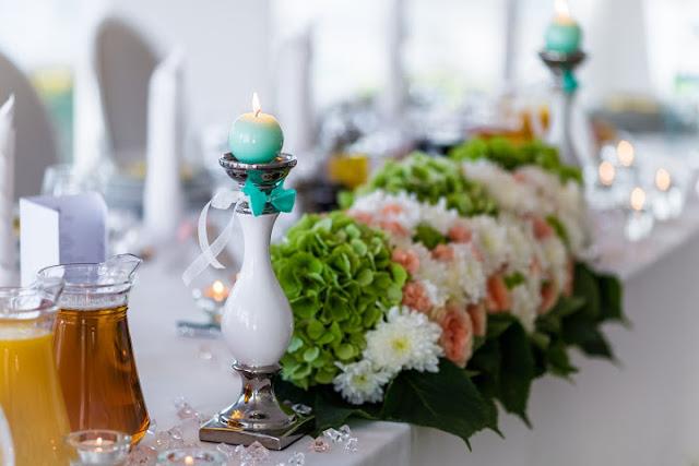 Pastelowe kwiaty na stole weselnym.