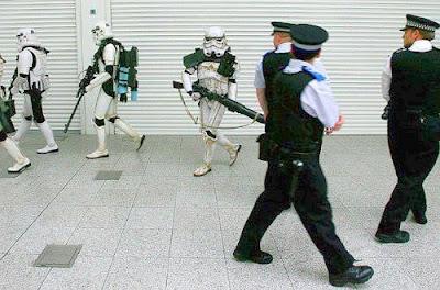 Soldados de Star Wars se encontram com Policiais.