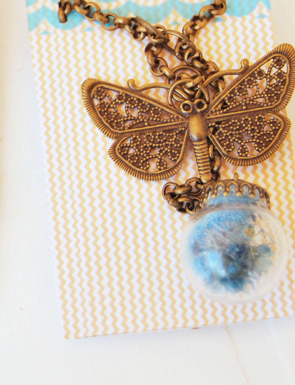 detalle etiqueta collar bola cristal azul