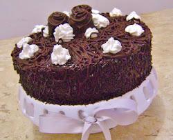 Torta de chocolate trufada com recheio de maracujá.