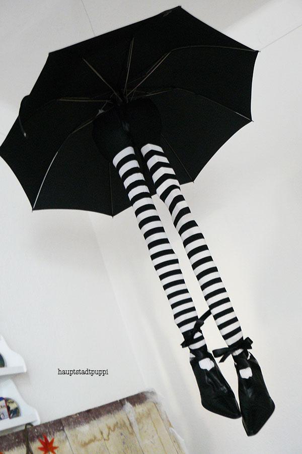Hexenbeine am Schirm fliegen durch die Küche - Witch Legs DIY by Hauptstadtpuppi