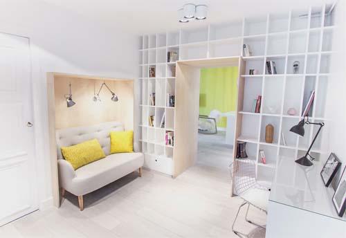 Parete Gialla Cucina : Una parete gialla decorata con piccoli quadri ...