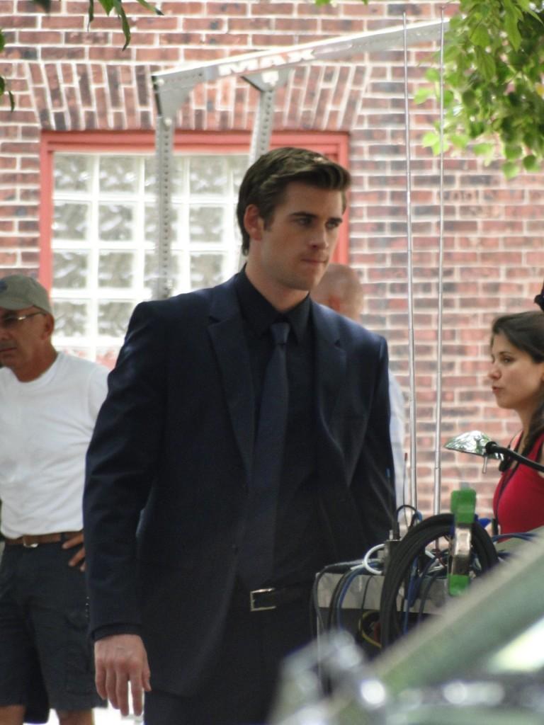Fotos  Liam Hemsworth con traje en el set de  quot Paranoia quot Liam Hemsworth Paranoia Suit