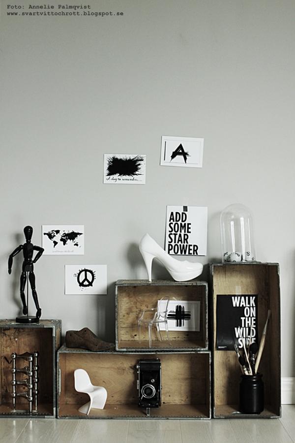 trälådor, lådor som hylla, hyllor, låda, männsika av trä modell, världskarta vykort, världskartor, karta med text, vykort i svart och vitt, svartvit, svartvita, kors, webbutik, webbutiker, webshop, inredning, nettbutikk, nettbutikker, inredningsdetaljer, anneliesdesign, annelies design & interior, arbetsrum,