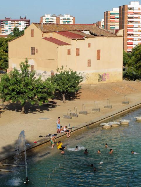 Un grupo de personas se baña en una fuente pública en Barcelona.