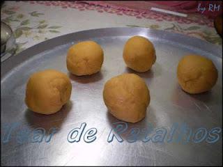 Fazer bolinhas com a massa do croquete.