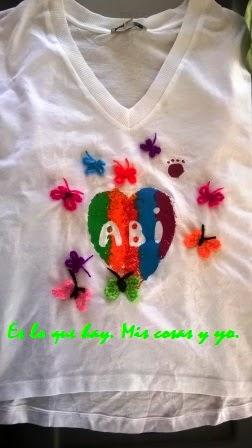 Coser mariposas a la camiseta.