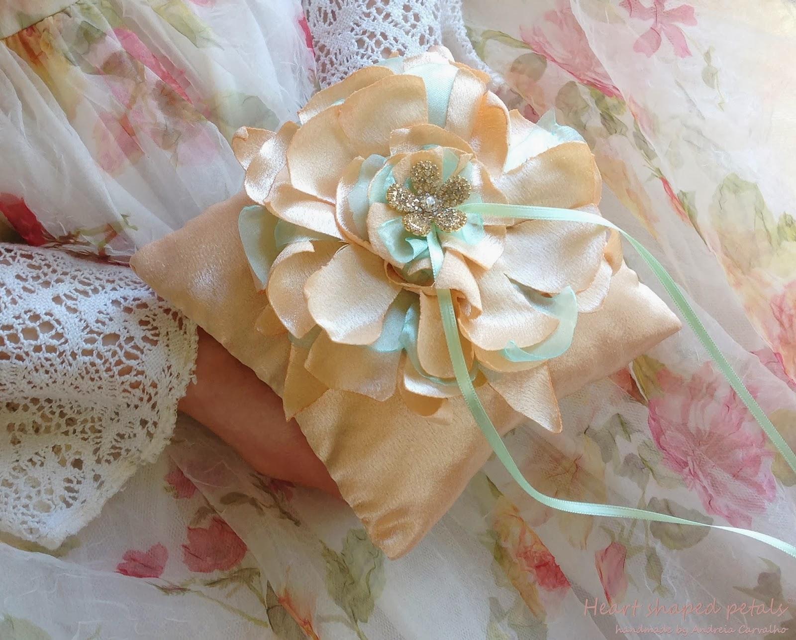 porta alianças em cetim com flor
