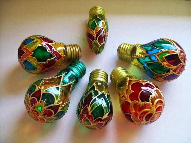 decoracao em lampadas:Estas lâmpadas foram decoradas com verniz vitral e tinta relevo