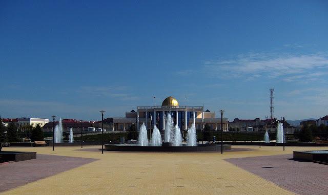 Фонтаны на площади дворца президента Ингушетии в Магасе