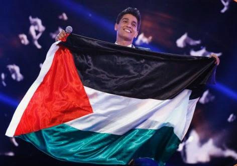 Mohammed Assaf agita a bandeira palestina