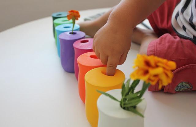 Floreros con globos y vasos, manualidades fáciles