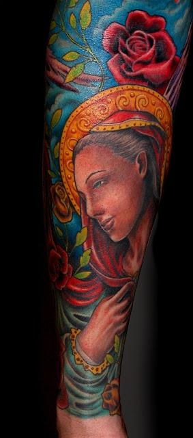 Tatuaje a color de La Virgen María