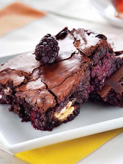 Böğürtlenli ve beyaz çikolatalı brownie