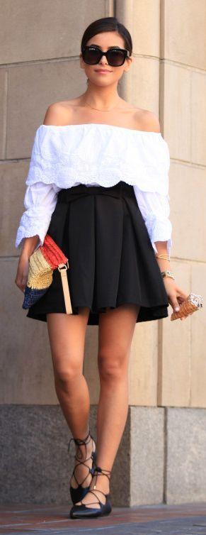 Look do dia - Top branco bordado sem mangas e spatilhas de atilhos e minissaia preta