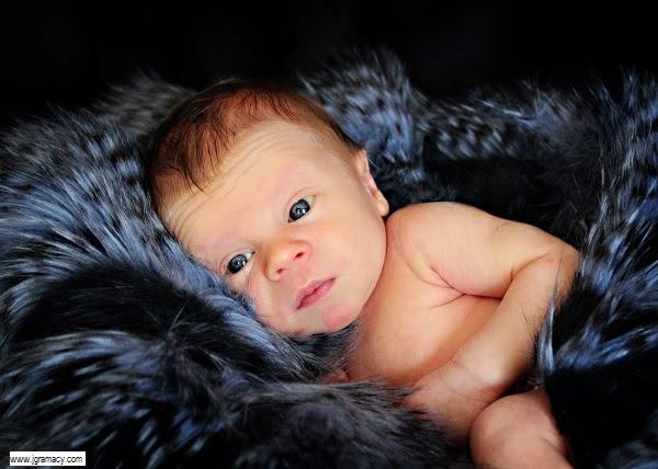 Nouveau né avec des jolies yeux bleus