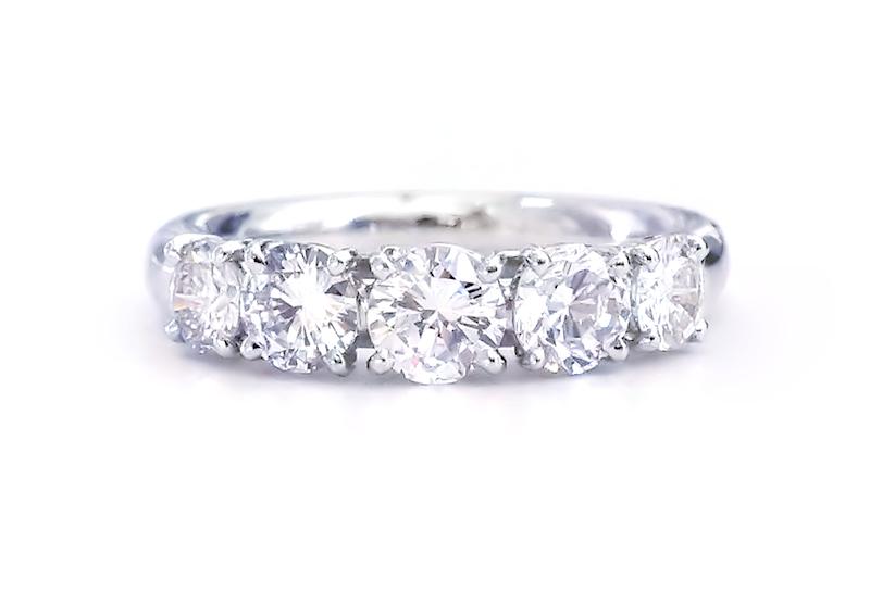ダイヤモンド5pcsを一列に配したリングの写真