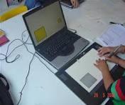 Niño usando la tableta y su profesora dirigiendo la actividad