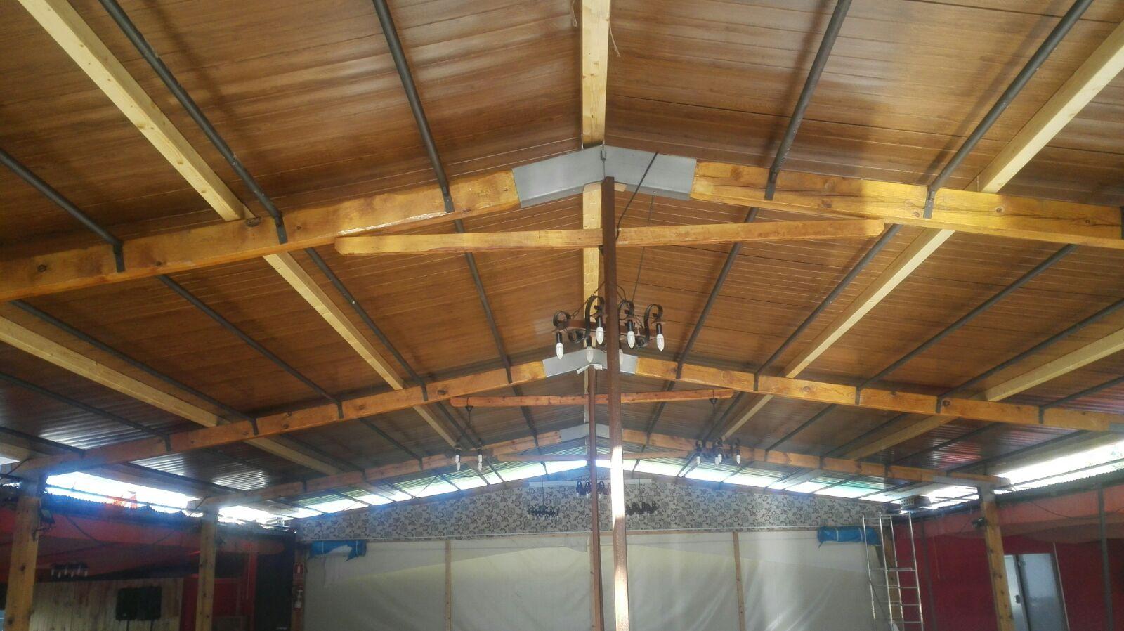 Cubierta sobre pergola de madera con panel sandwich for Tejados de madera y teja