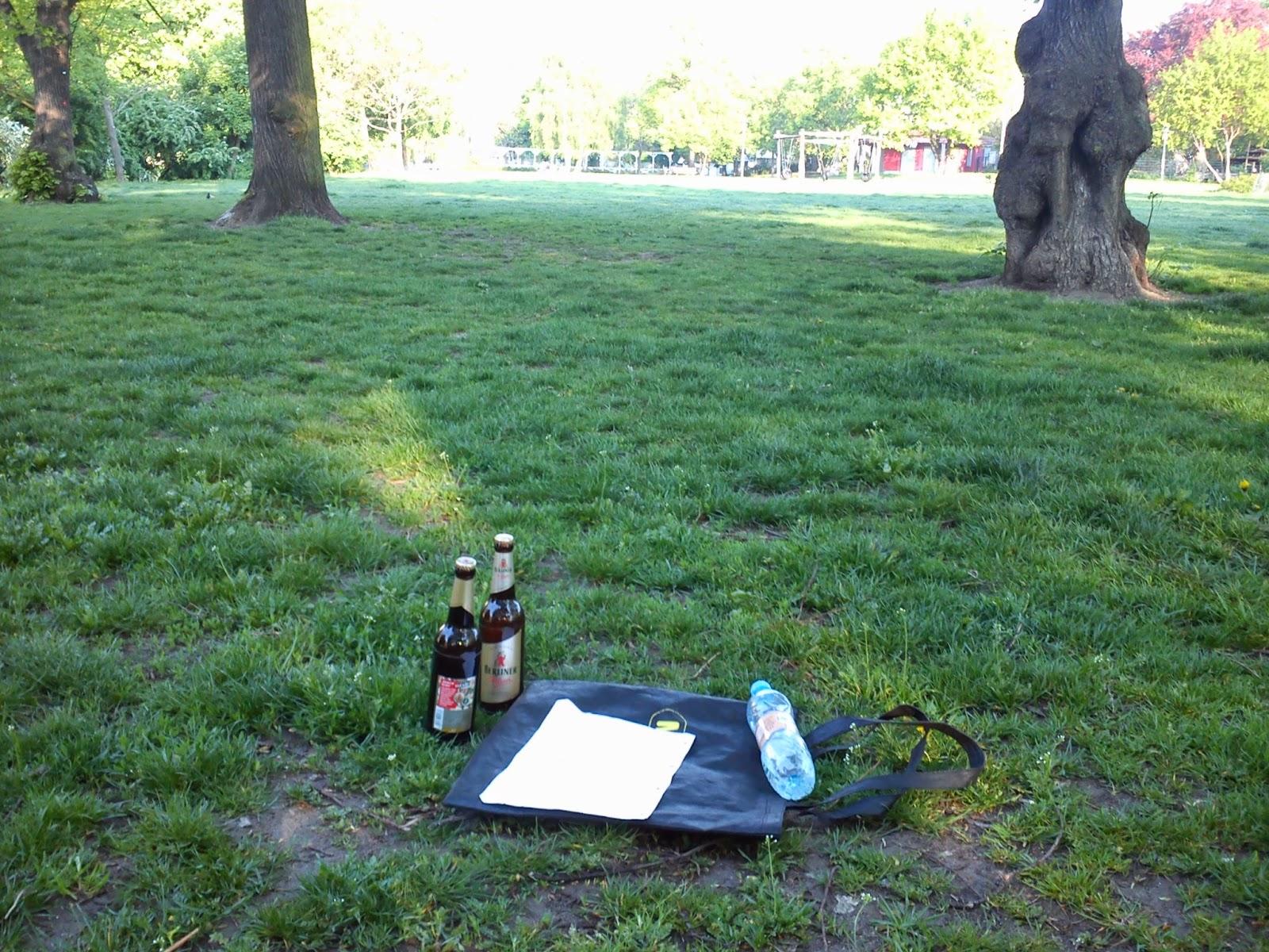Jumppaamassa puistossa - kaljapullot käsipainoina.