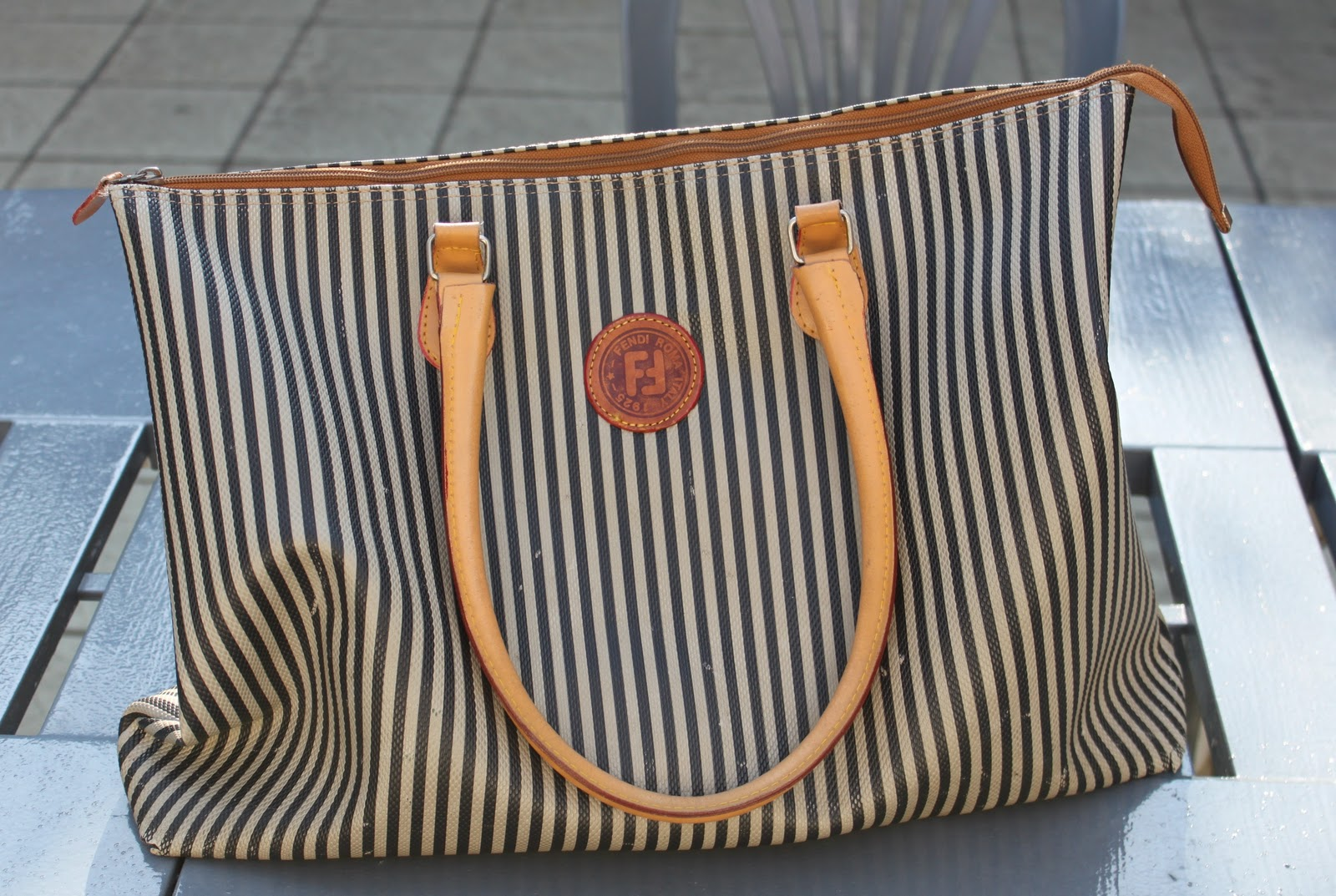http://2.bp.blogspot.com/-SgllLvesfvQ/TnNn8fKjjfI/AAAAAAAABJM/uJy_l2PP4Xg/s1600/Vintage+Fendi+bag.JPG