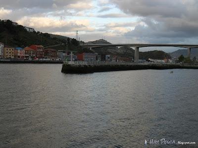 Puntal del muelle de Barakaldo. Al fondo, el puente Rontegi