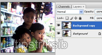 ... dengan menggunakan layer photoshop dengan cara copy layer background