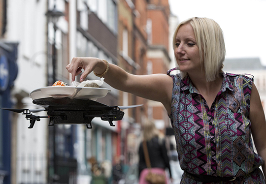SEORANG pelanggan wanita mengambil makanan di atas dulang terbang itu.