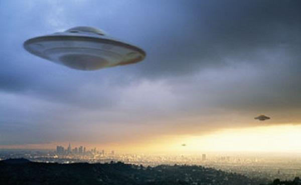 ΕΝΤΥΠΩΣΙΑΚΌ ΒΊΝΤΕΟ! ΕΛΙΚΌΠΤΕΡΑ ΚΑΙ ΑΕΡΟΠΛΆΝΑ ΚΥΝΗΓΟΎΝ UFO ΠΟΥ ΜΠΑΊΝΕΙ ΣΤΗΝ ΘΑΛΑΣΣΑ !