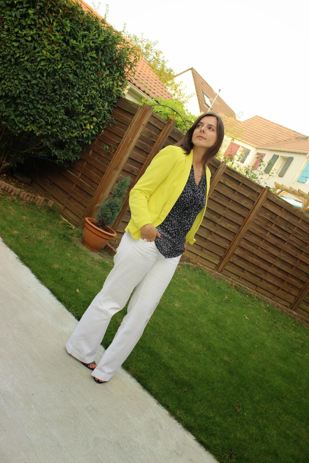 Veste jaune, pantalon blanc, chaussures bleues kookai