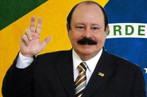 O candidato à Presidência Levy Fidelyx  com cabelo e bigode pintados de afrodescendente é um charme