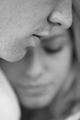 Rostro de hombre y mujer que se entrecruzan, se trata de amor