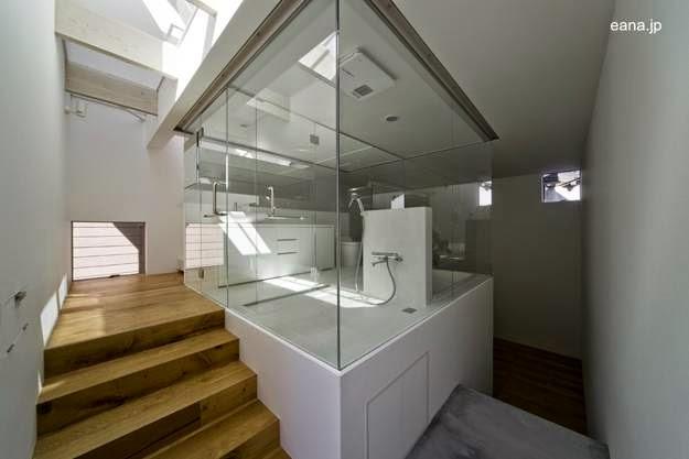 Escalera, baño y rayos del sol que ingresan por el techo