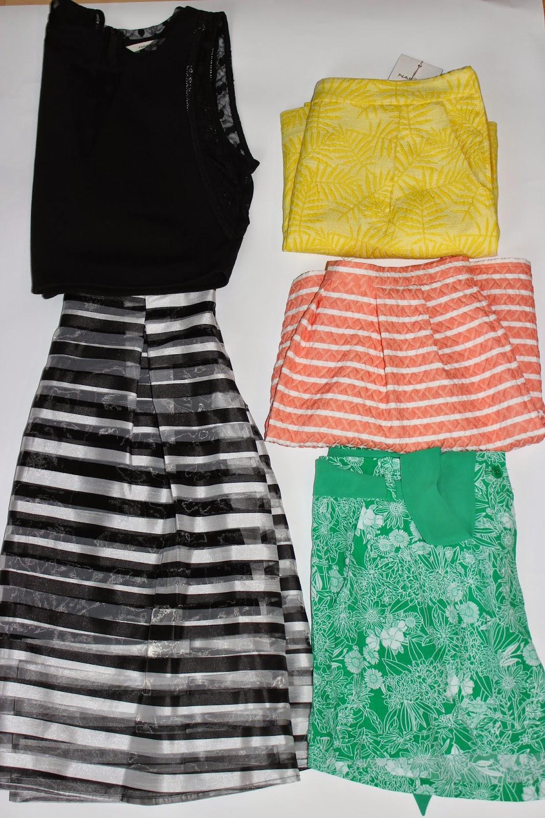 nouveautés Naf Naf, jupe jaune, jupe rose, jupe noire et blanche à rayure, crop top noir