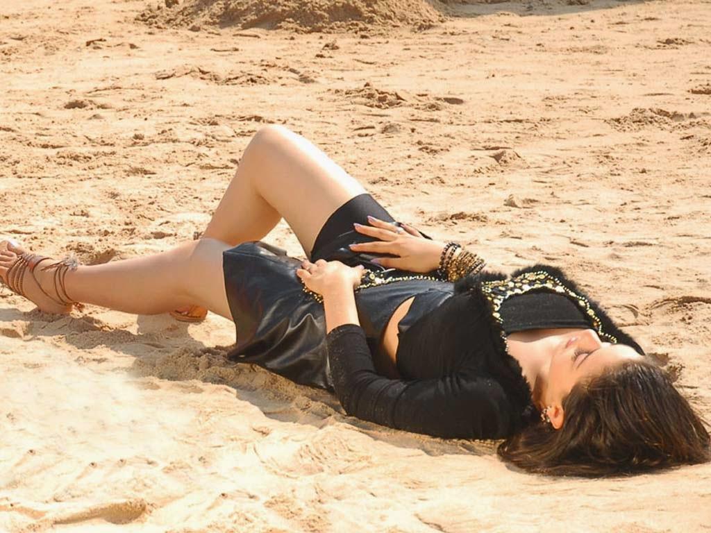 Hansika Motwani Latest Sizzling Hot Pics In Black Skirt On Beach