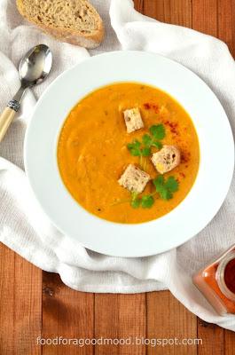 I po upałach przyszedł ziąb... A jak jest zimno, to najlepiej smakują rozgrzewające zupy. Tym razem na talerzu kremowa zupa z pieczonej marchewki, trochę na wzór azjatycki - z mleczkiem kokosowym, świeżą kolendrą i chilli. Rozgrzewajcie się i smakujcie, Moi Drodzy :)