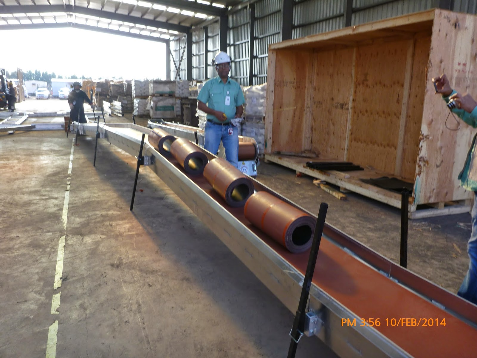 Dry running of the hydraulic conveyor with rolled conveyor as load.
