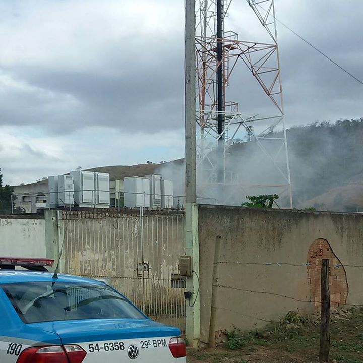 INCÊNDIO ATINGE TORRE DA VIVO EM CARDOSO MOREIRA NA TARDE DESTE SÁBADO