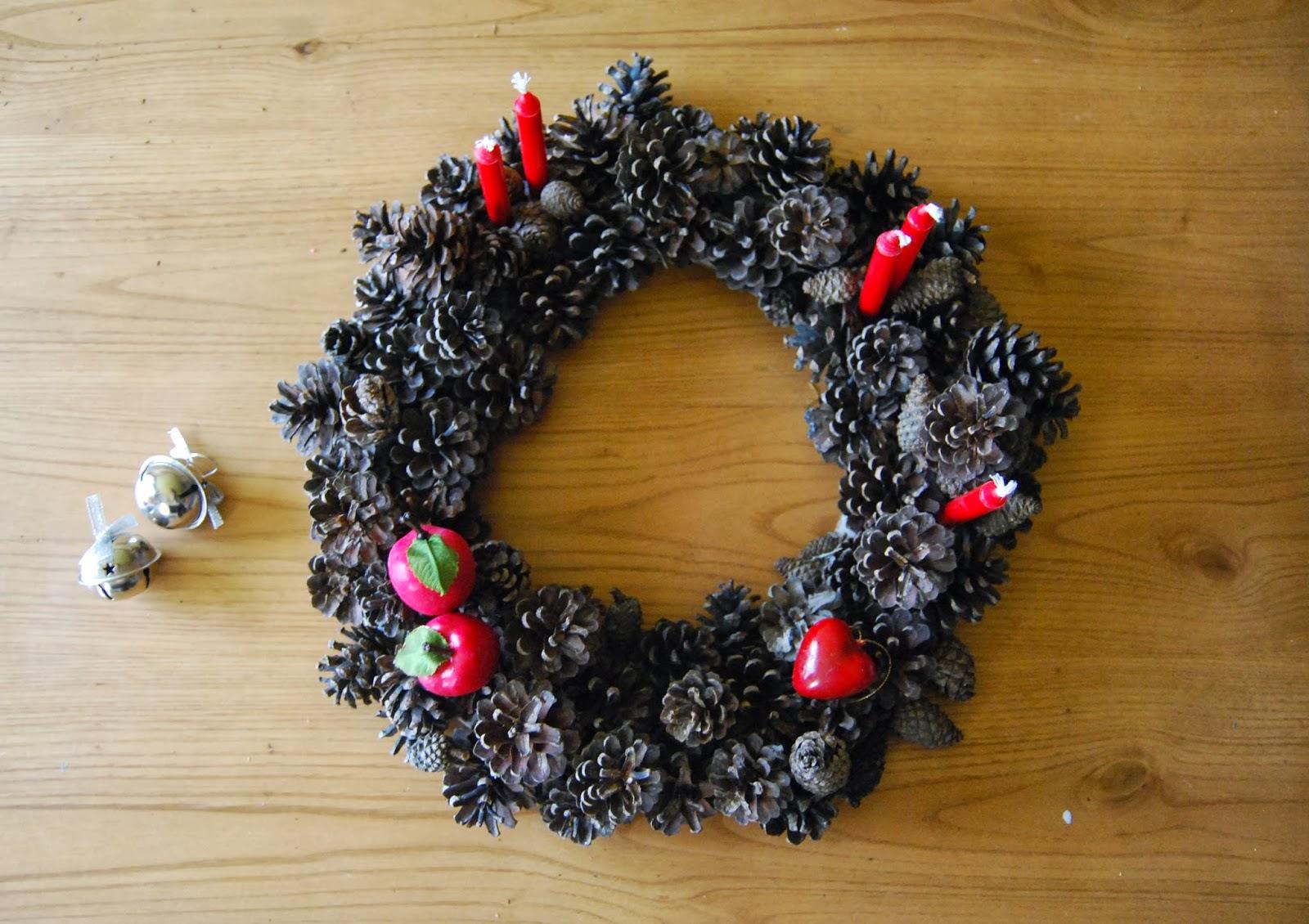So sunny corona de navidad con pi as y no ser la ltima - Adornos de navidad hechos con pinas ...