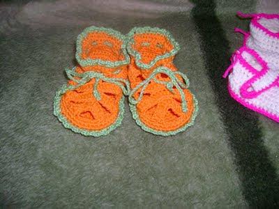 Вязаные сандалики для ребенка с завязками