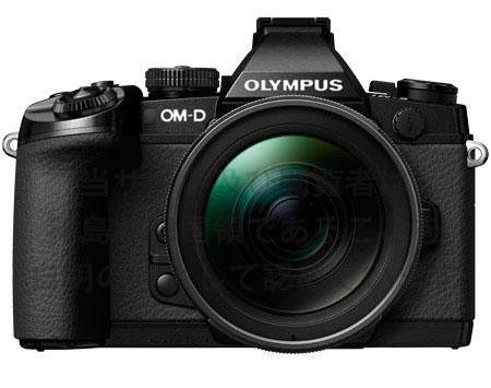 Olympus OM-D E-M1, vista frontale con lo zoom