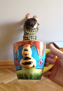 Bruno en la taza de la abeja